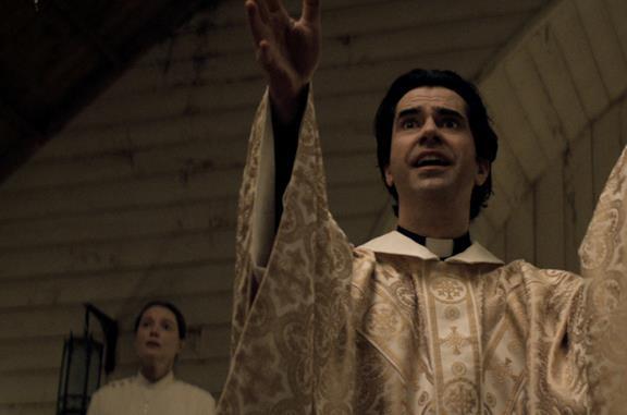 Hamish Linklater interpreta Paul Hill in Midnight Mass