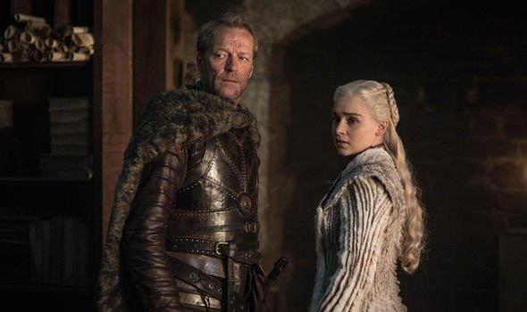 Emilia Clarke e Iain Glen in una scena di Game of Thrones 8