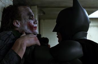 Batman e Joker in una scena de Il cavaliere oscuro