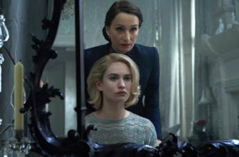 Lily James e Kristin Scott Thomas in Rebecca