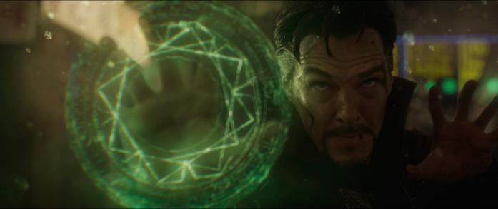 Il Doctor Strange usa i suoi poteri con Kaecilius nel finale del film