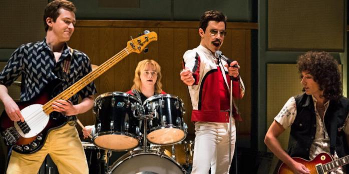 I Queen suonano in una scena dal film Bohemian Rhapsody con al centro Rami Malek (Freddie Mercury)