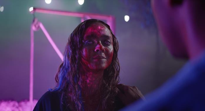 Madeleine Arthur in una scena del film Color Out of Space