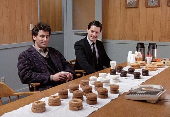 Gli agenti davanti a un tavolo di ciambelle in Twin Peaks