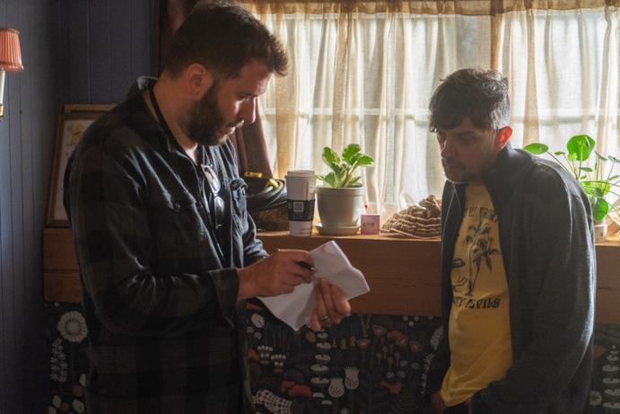 Il regista dà istruzioni per una scena
