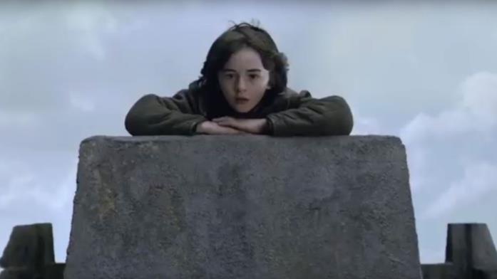 Bran sulle mura di Grande Inverno guarda l'arrivo del corteo di Re Robert