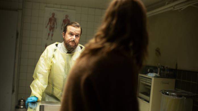 Elias Holmen Sørensen in una scena della serie Netflix Post Mortem - Nessuno muore a Skarnes