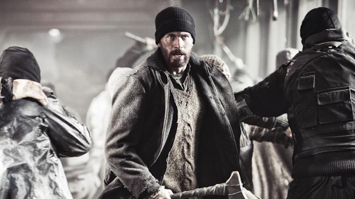 Chris Evans nel mezzo di una rivolta in una scena del film Snowpiercer (2013)
