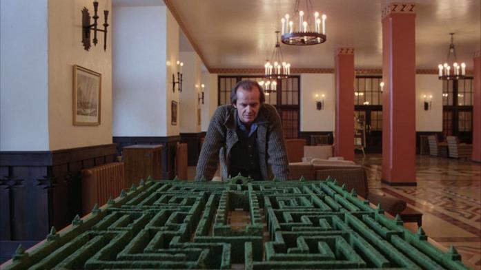 Il protagonista osserva il modello del labirinto