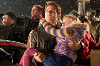 Tom Cruise e Dakota Fanning in una scena del film La guerra dei mondi