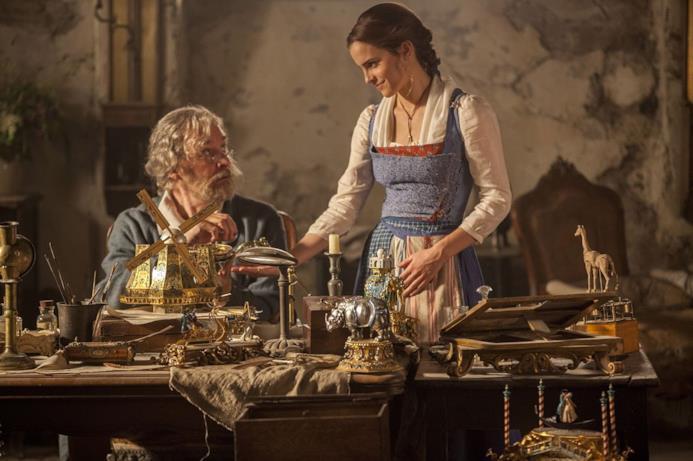 La Bella e La Bestia, Belle e suo padre inventore