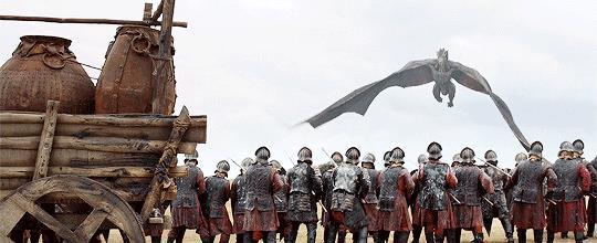 Drogon brucia i nemici Lannister sotto di sé