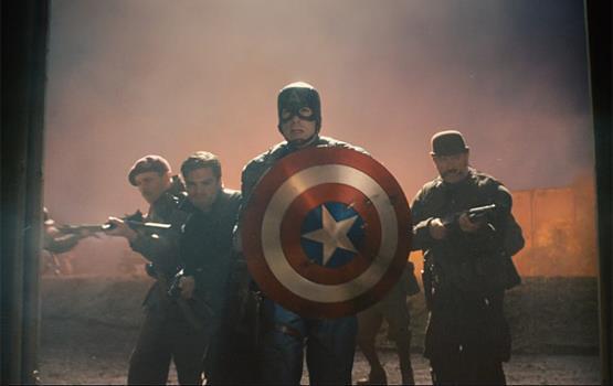 Captain America e alcuni militari al suo fianco in una scena del primo film