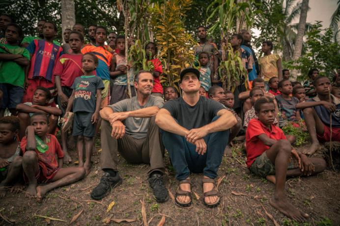 Un'immagine con Bob e Mack insieme ad un gruppo di bambini etiopi