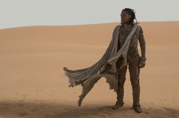 Sharon Duncan-Brewster nei panni di Liet Kynes su una duna di sabbia