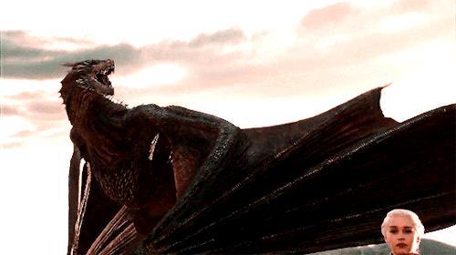 Daenerys marcia con Drogon alle spalle