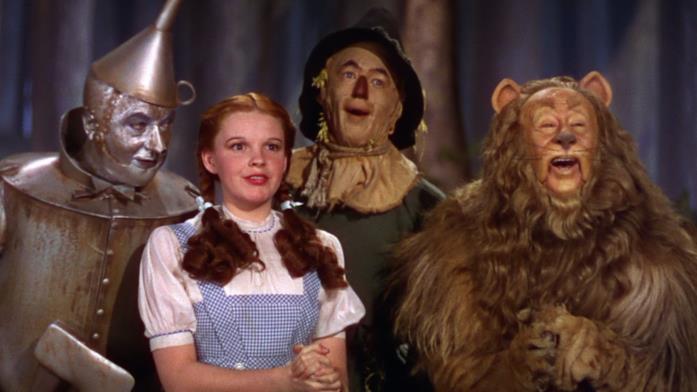 Dorothy circondata dai suoi compagni di avventura ne Il mago di Oz