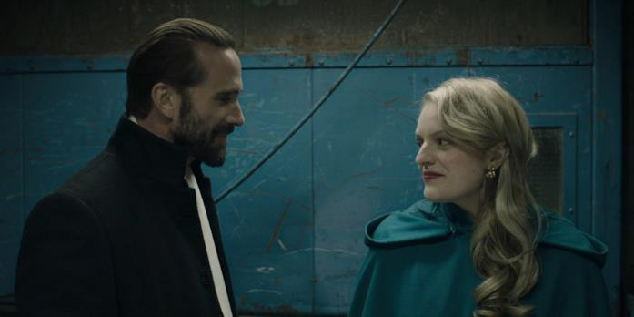 Joseph Fiennes ed Elisabeth Moss in una scena della serie