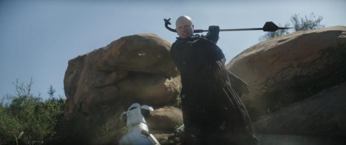 Temuera Morrison in una scena di combattimento della serie The Mandalorian