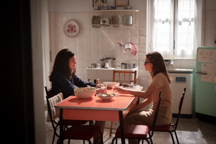 Elena e Lila sedute nella cucina di Lila