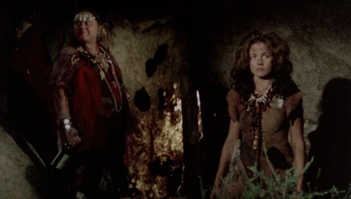 Mama e Ruby nella caverna abitata dalla loro famiglia