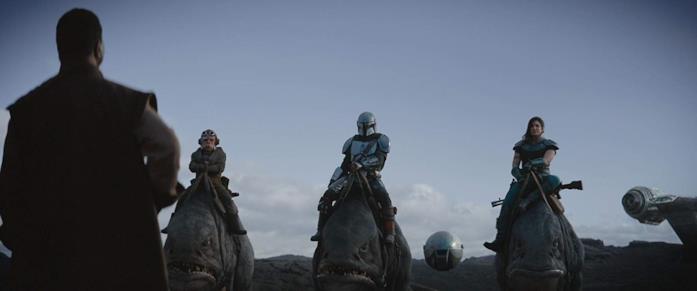 Carl Weathers, Kuiil, Pedro Pascal e Gina Carano in una scena della serie The Mandalorian