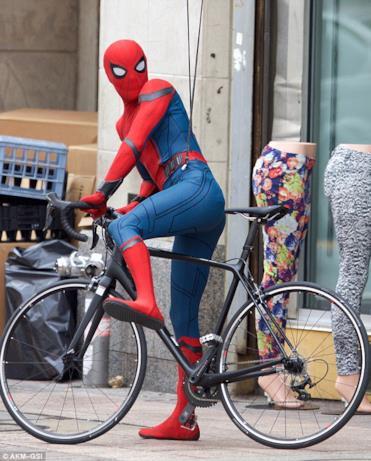 Tom Holland -Uomo Ragno in sella ad una bici