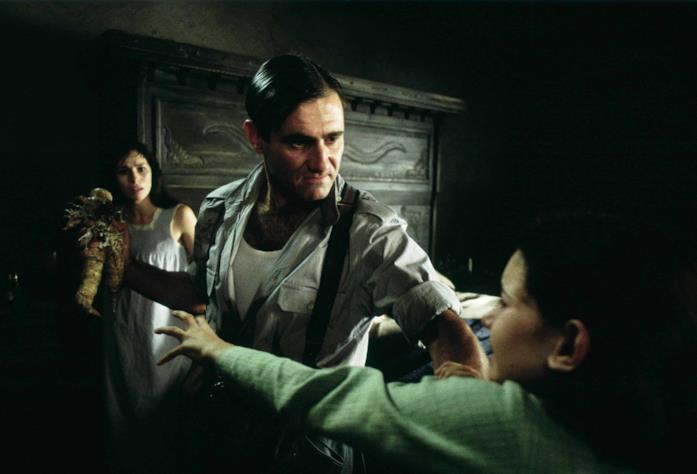 Vidal sottrae la mandragora alla bambina, mentre Carmen sullo sfondo assiste alla scena