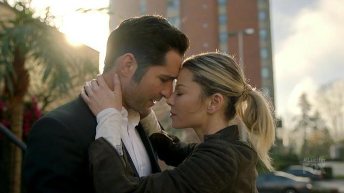 Lucifer e Chloe sul punto di baciarsi, per strada