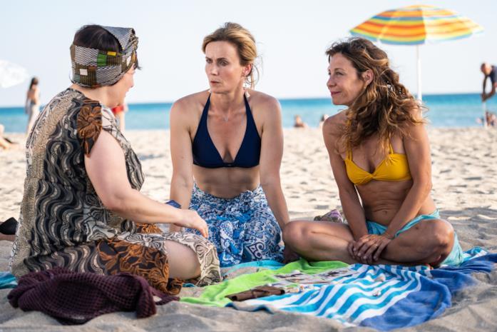 Le mogli di Odio l'estate chiacchierano al mare