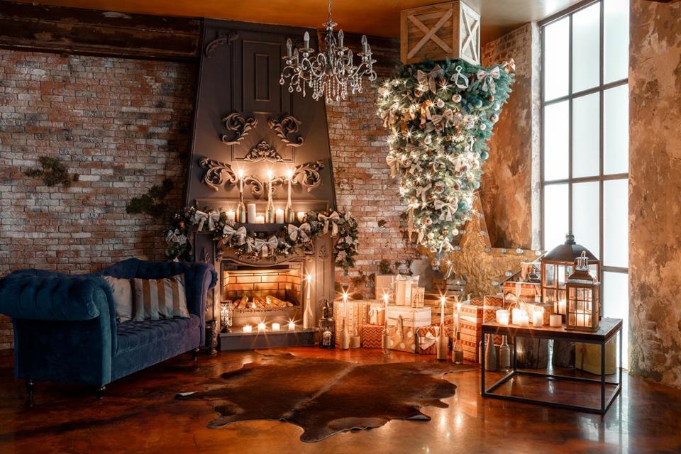 Albero di Natale capovolto in salotto