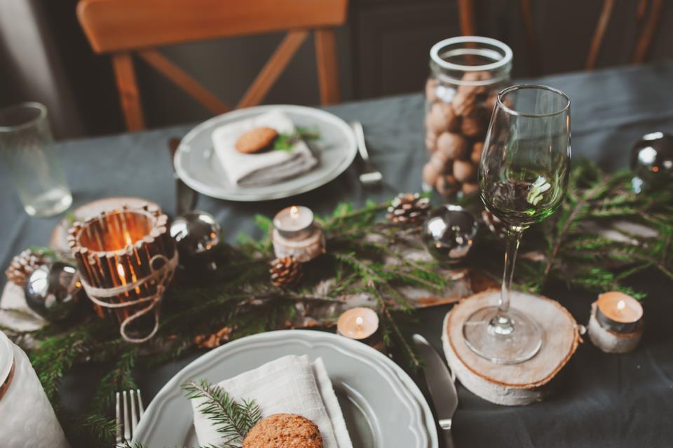 Centrotavola natalizio con pigne e candele