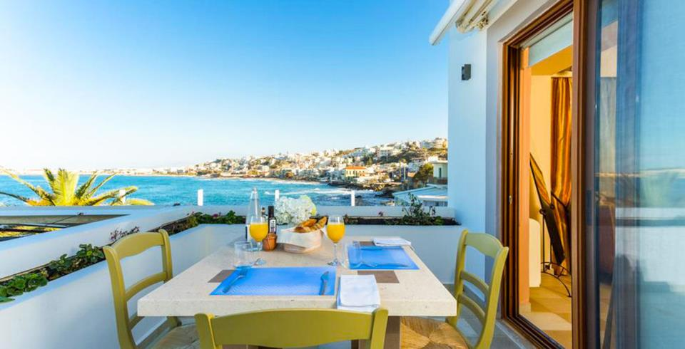 Terrazza dell'Hotel Cavo Seaside Luxury Suites a Creta