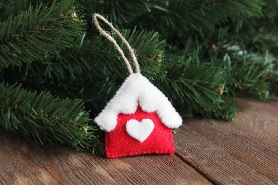 casetta natalizia in feltro
