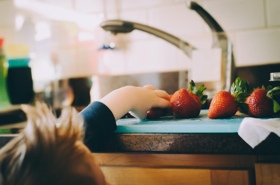Consigli per insegnare al bambino a mangiare da solo