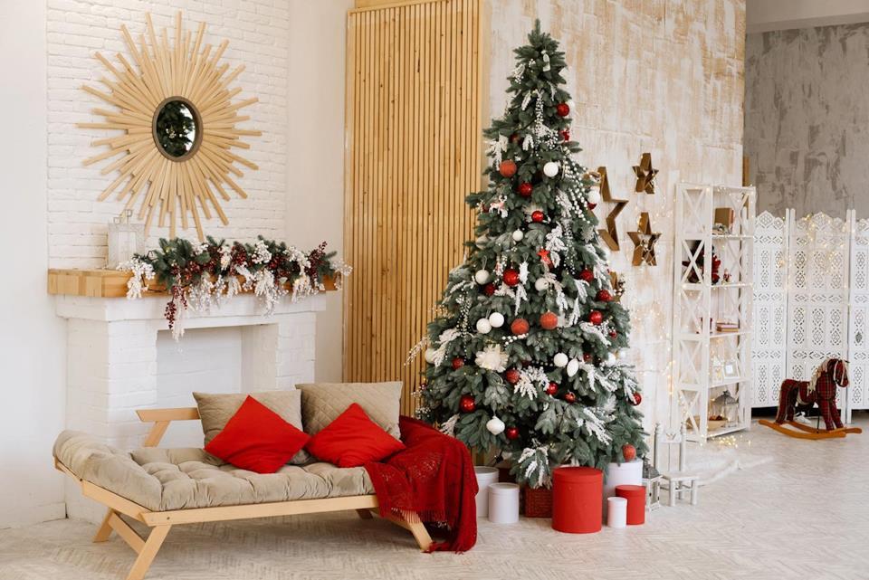 Albero di Natale slim con addobbi classici in un salotto