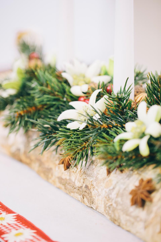 Tronco di legno con candele per decorare la tavola di Natale.
