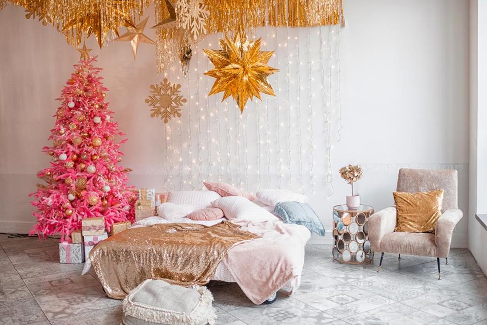 Albero di Natale artificiale rosa in camera