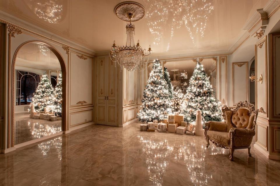 Alberi di Natale dorati illuminati
