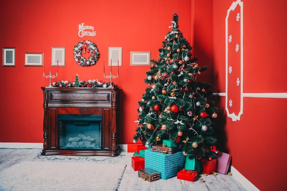 Albero di Natale rosso e oro in salotto rosso