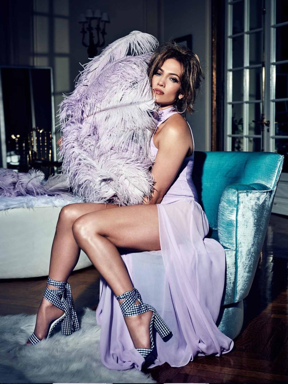 Jennifer Lopez con i sandali Guess