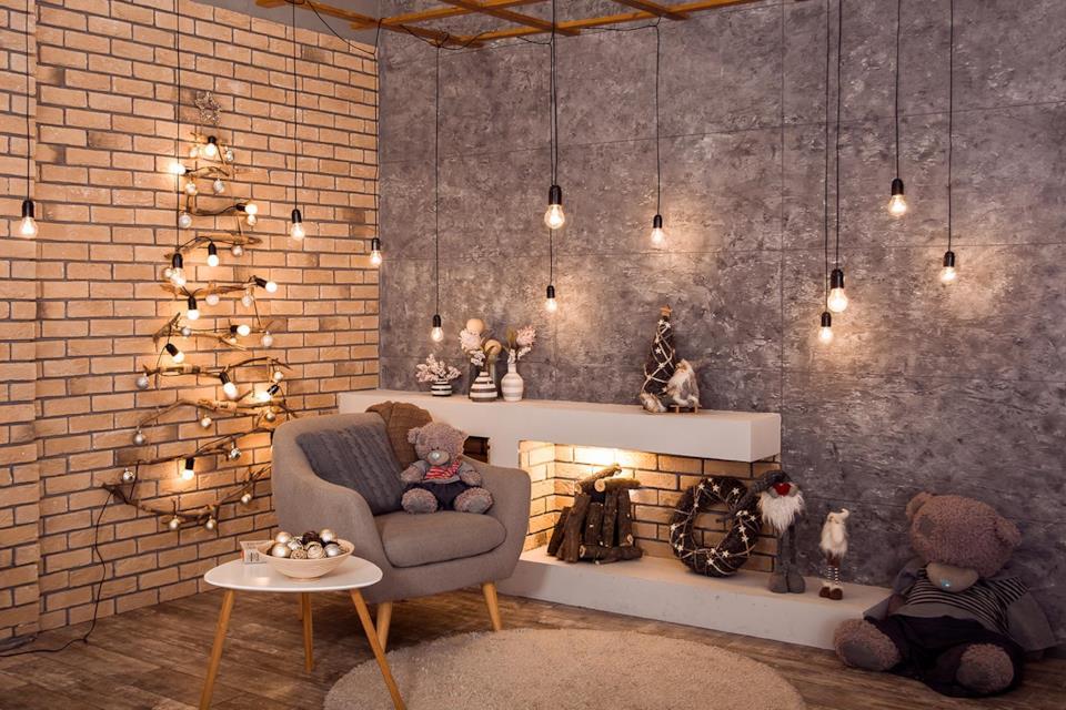 Albero di Natale stilizzato a parete con luci di Natale in salotto