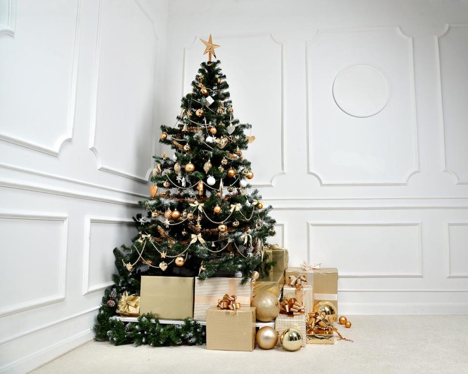 Albero di Natale elegante bianco e oro con regali