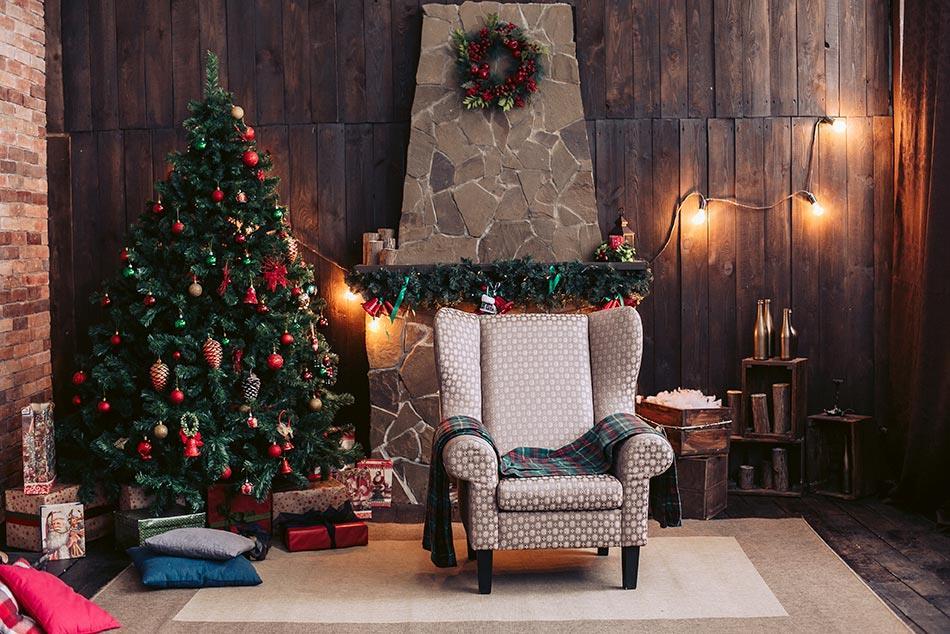 Albero di Natale rosso in salotto rustico