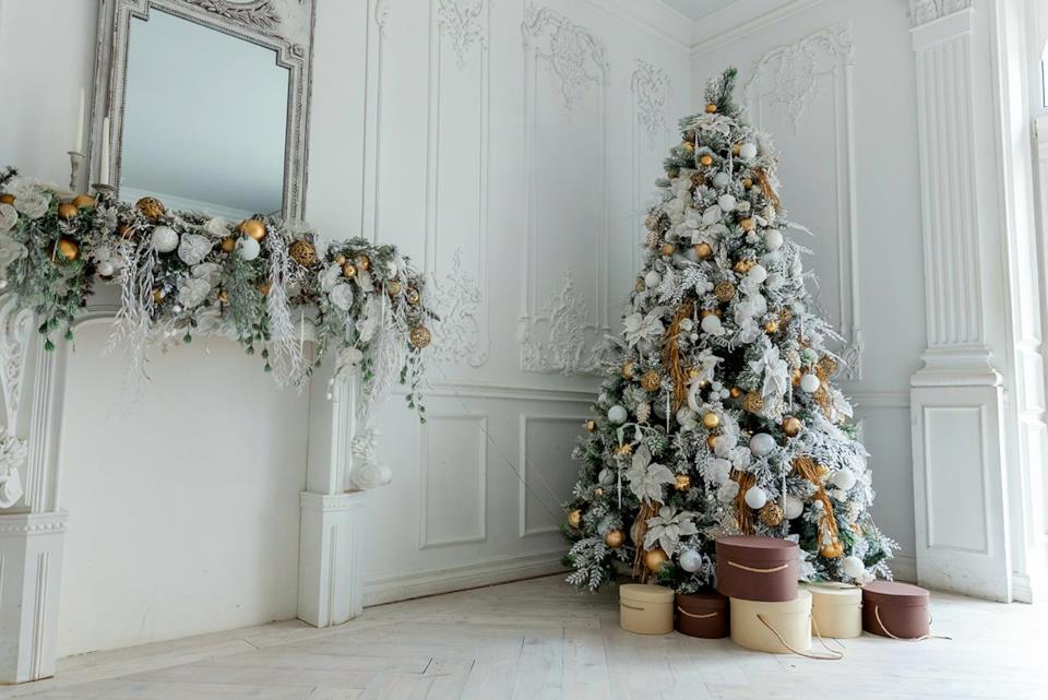 Albero di Natale elegante con decorazioni argento