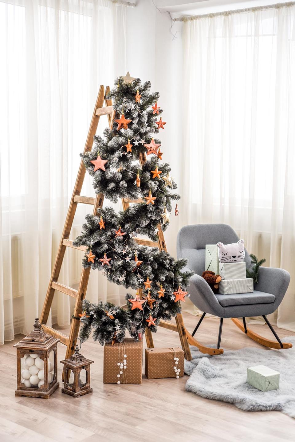 Scala decorata come albero di Natale in salotto