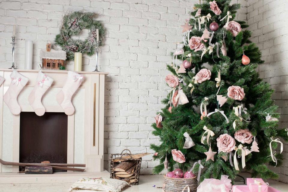 Albero di Natale decorato con rose in salotto