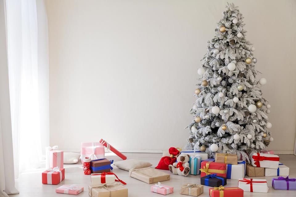 Albero Natale bianco e oro con regali
