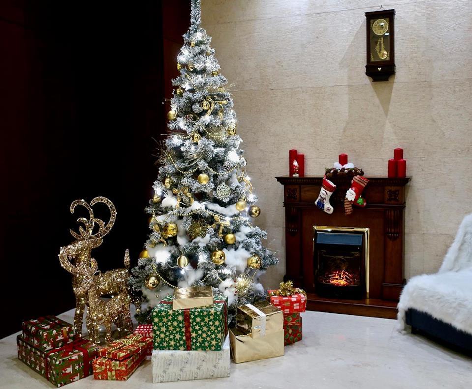 Albero Natale bianco e oro classico in salotto