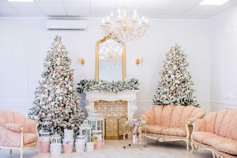Alberi di Natale con decori argento e rosa